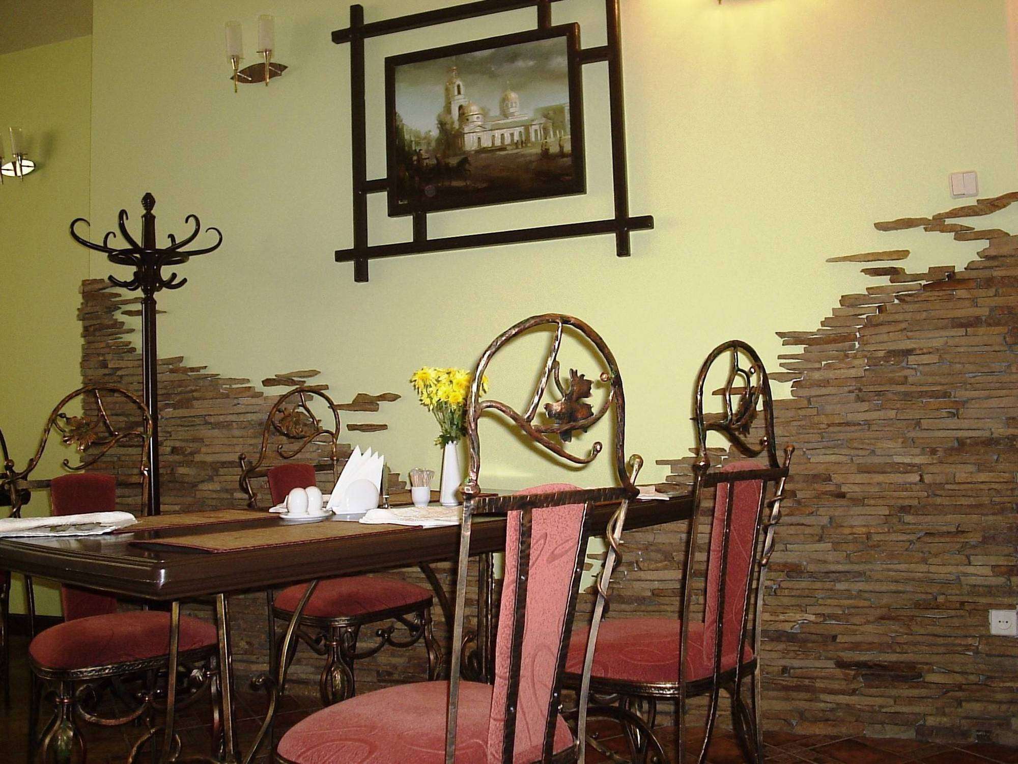 Дизайн кухни с искусственным камнем на стене фото