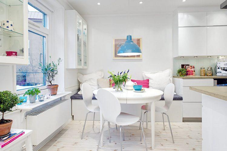 Яркие акценты в дизайне белой кухни