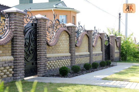 Заборы из кирпича для частного дома фото