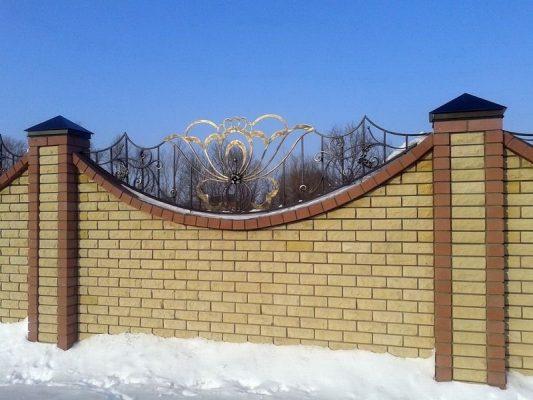 Забор из кирпича и ковки фото