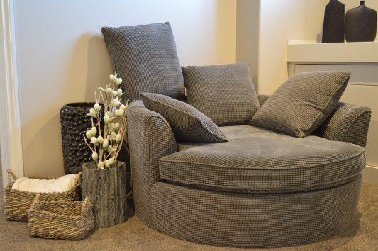 Мягкая мебель. Изучите наполнение подушек и сидения.